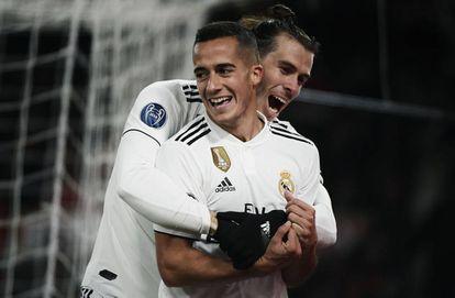 Bale felicita a Lucas Vázquez tras el segundo gol del Madrid.