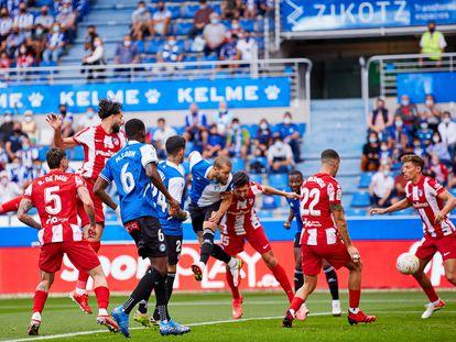Víctor Laguardia marca un gol con la cabeza en el partido del Alavés contra el Atlético de Madrid.    25/09/2021 ONLY FOR USE IN SPAIN