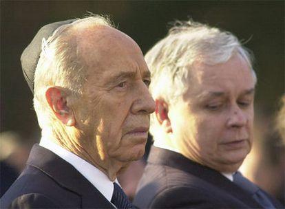 El jefe del Estado polaco, Lech Kaczynski, observa al presidente de Israel, Simon Peres.
