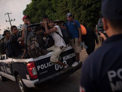 Un grupo de migrantes es trasladado por la Policía Municipal en Chiapas.