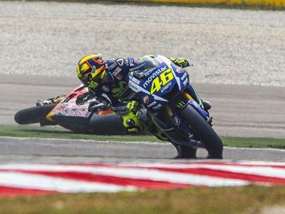 Captura de televisión del momento del incidente entre Rossi y Márquez en el circuito de Sepang.