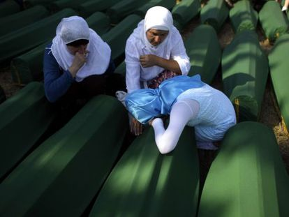 Tres mujeres frente al ataúd de uno de sus seres queridos muerto en la matanza de Srebrenica.