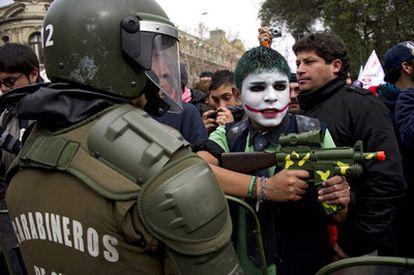 Un estudiante juega con una pistola de mentira frente a policías durante las protestas en Santiago de Chile. El país ha vivido una huelga nacional de 48 horas, la primera que sufre el Gobierno de Sebastián Piñera.