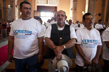 Hipólito Mora (centro), el 8 de febrero pasado en Apatzingán.