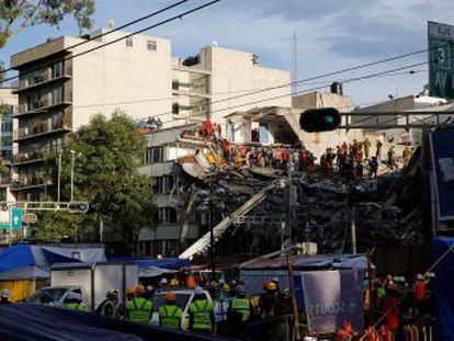 El desasosiego se instala frente a un edificio de la colonia Roma en el que se trabaja para liberar a 46 personas bajo los escombros