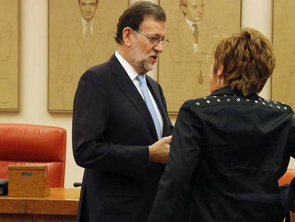 El presidente del Gobierno en funciones, Mariano Rajoy, conversa con la diputada popular Celia Villalobos, al inicio hoy de la reunión plenaria del Grupo Popular en el Congreso de los Diputados.