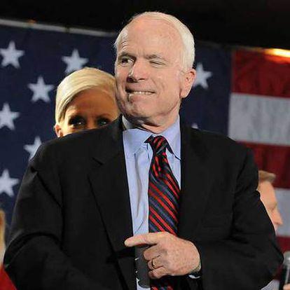 El aspirante republicano John McCain y su esposa, Cindy (detrás), en un acto  en Birmingham, Alabama.