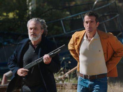 Los actores José Coronado y Luis Zahera, en la serie 'Vivir sin permiso'.