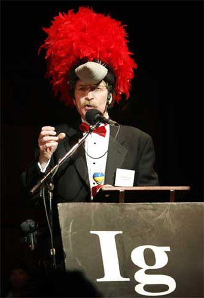 Ivan Schwab, recoge, cual pájaro carpintero, el Ignobel de Ornitología en la Universidad de Harvard.