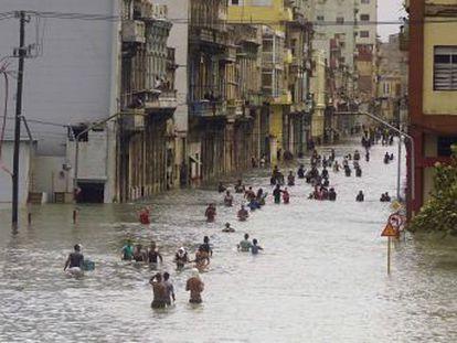 La mayoría de personas fallecieron por el derrumbe de edificios o postes, siete de ellas en La Habana