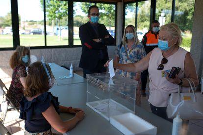 Votación simulada durante la visita a un colegio electoral del Ayuntamiento de Pereiro de Aguiar (Ourense).