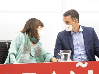 La presidenta del Partido Socialista, Cristina Narbona (izquierda), junto al presidente del Gobierno, Pedro Sánchez, en una ejecutiva federal.