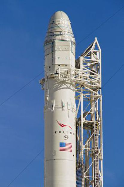 El cohete Falcon 9 con la nave Dragón instalada en la punta.