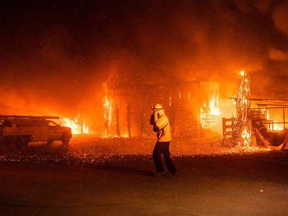 Un bombero en uno de los frentes del incendio Kincade, al norte de San Francisco.