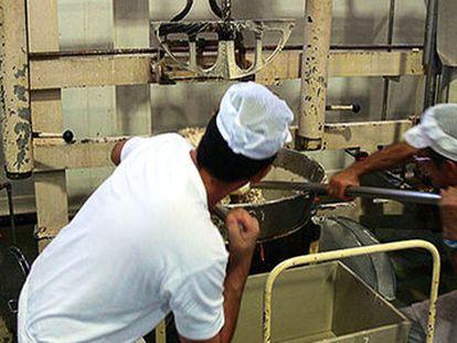 Dos trabajadores en una fábrica de turrón de Xixona, en una imagen de archivo.