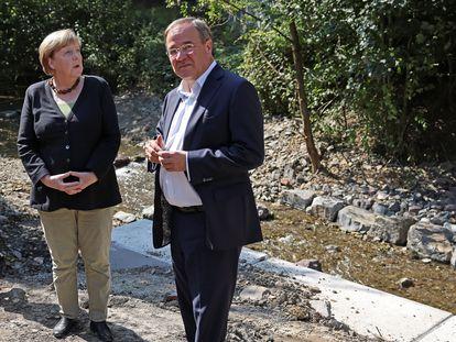 Angela Merkel y Armin Laschet, este domingo en Hagen, una de las zonas afectadas por las inundaciones de este verano.
