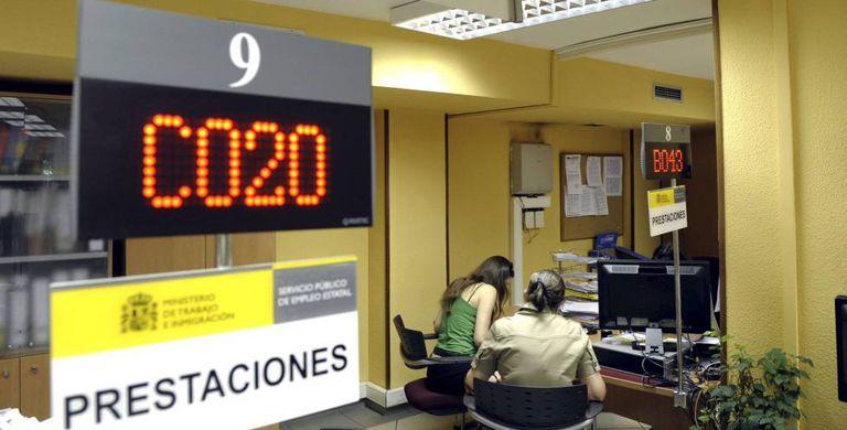 Dos mujeres son atendidas en una oficina de empleo.