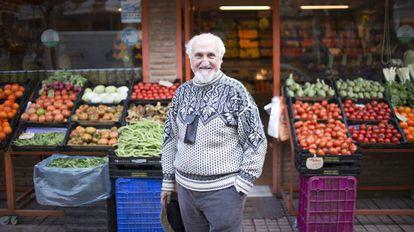 El colaborador de la FAO José Esquinas, en una tienda de alimentación de Córdoba.