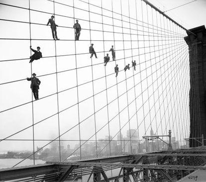 Un grupo de pintores trabaja en el puente de Brooklyn de Nueva York, en 1914