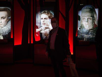Un visitante en la exposición de CaixaForum, rodeado de vampiros.