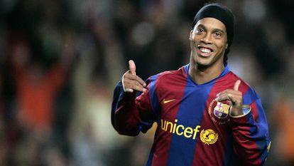 Ronaldinho celebra un gol frente al Deportivo en diciembre de 2007.