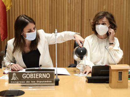 Irene Montero (izquierda) y Carmen calvo, en la Comisión de Igualdad del Congreso, el pasado día 20.