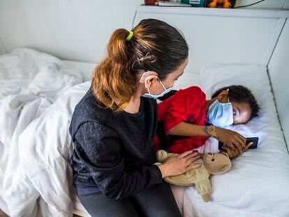Sonia, con su hijo pequeño, en el hostal que Cruz Roja ha reconvertido en centro de acogida en la calle Atocha, en Madrid.