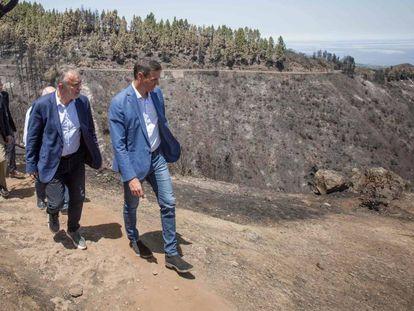 El presidente del Gobierno, Pedro Sánchez (a la derecha) y el presidente del Gobierno de Canarias, Angel Víctor Torres, este jueves. En vídeo, Sánchez lleva a Gran Canaria el compromiso del Gobierno con los afectados por el incendio