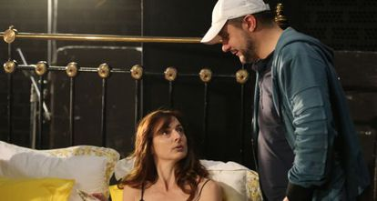 Roberto Castón, con una de las actrices durante el rodaje