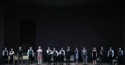 Los seis protagonistas de la obra, el mayordomo y los ocho criados en la fuga de la novena escena de 'Capriccio'.