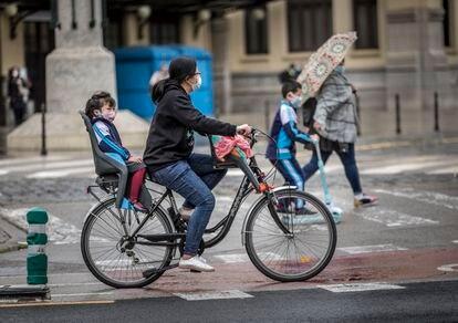 Una mujer lleva a una niña en bicicleta este jueves en Valencia.