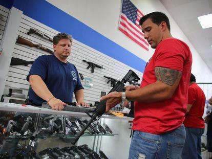 Un hombre prueba un rifle en una armería en Pompano Beach, Florida, en una imagen de archivo.