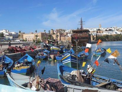 Varios barcos en un muelle del puerto pesquero de Rabat, en el estuario del río Buregreg.