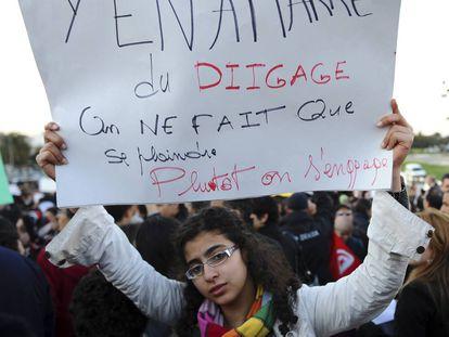 """""""Estamos hartos del fuera de aquí"""", reza un cartel en una protesta de 2011 en Túnez."""