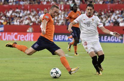 Edin Vista, del Istanbul Basaksehir Fk, y el Sergio Escudero, del Sevilla, durante el partido de vuelta.