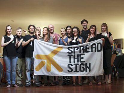 Un grupo de trabajo, formado por personas de diferentes países, que elabora el proyecto de diccionario 'Spread the Sign'.
