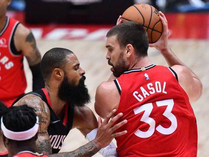 Marc Gasol (derecha) en un encuentro con los Toronto Raptors en la pretemporada de la NBA.