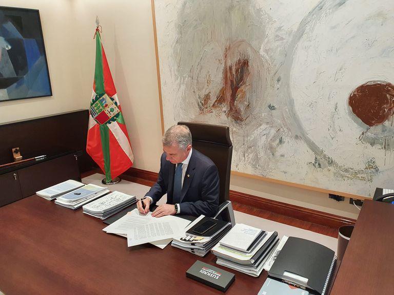 El lehendakari firma el decreto de suspensión de las elecciones autonómicas del 5A