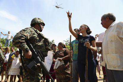 Una mujer discute con un militar en un protesta para pedir la liberación de Mireles.