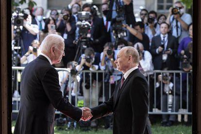 Biden (izquierda) saluda a Putin el miércoles pasado en Ginebra