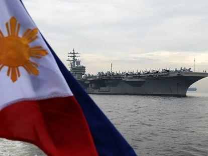 El portaaviones nuclear estadounidense Ronald Reagan, fondeado en la bahía de Manila en junio de 2018.