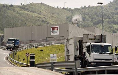 Dos camiones salen de la planta de tratamiento de residuos de Bilbao donde hoy ha aparecido el cadáver de un bebé.