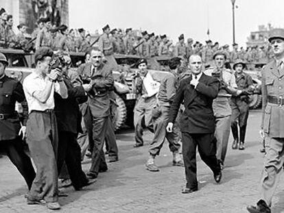 Gilbert Larriaga, a la izquierda, graba con su cámara a Charles De Gaulle en la liberación de París.