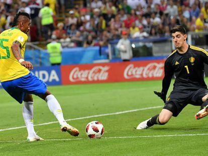 Paulinho, en una acción ante Cortois en los cuartos de final del Mundial.