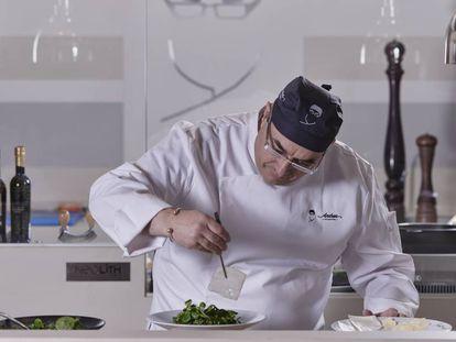 El chef Andrea Tumbarello prepara un plato en Don Giovanni, su restaurante.