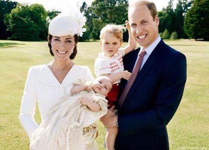 Los duques de Cambridge con sus hijos. / MARIO TESTINO