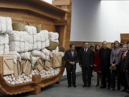 La Infanta Cristina en Arqua, acompañada por el ministro de Cultura, César Antonio Molina, y Guillermo Vázquez Consuegra (cuarto por la izquierda), el día de la inauguración.