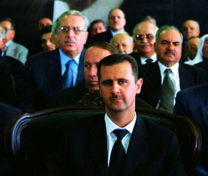 El presidente de Siria, durante un homenaje a su antecesor, su padre, Hafez el Asad, en 2001.