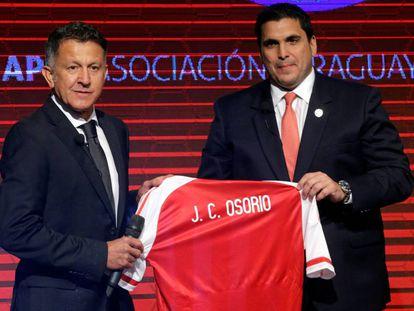 El colombiano Juan Carlos Osorio (izquierda) durante su presentación como seleccionador de Paraguay.