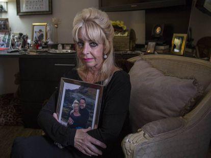 Deborah Brooks, con una foto de su marido fallecido, Dean, en su habitación el pasado jueves.